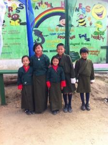 Bhutanilaisia oppilaita koulupuvuissaan, koulun pihalla Parossa.